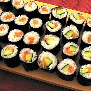 Можно ли детям давать есть сосиски, креветок, суши?