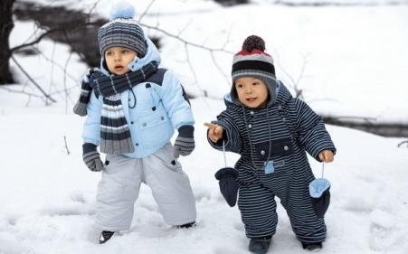 Дети в комбинезонах