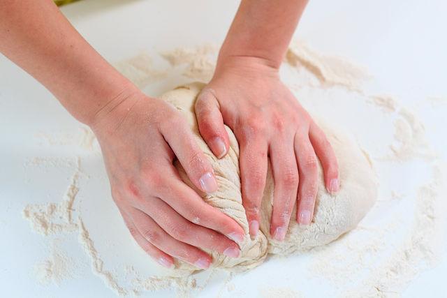 вымешивание соленого теста для лепки