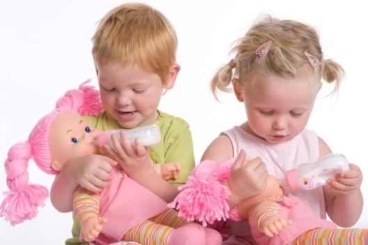 Дети играют в куклы