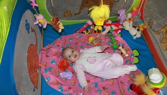 ребенок в игрушках